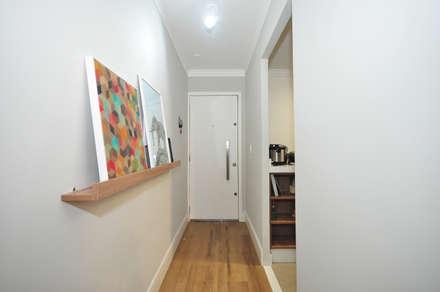 Apartamento Vila Mariana: Corredores, halls e escadas ecléticos por Condecorar Arquitetura e Interiores