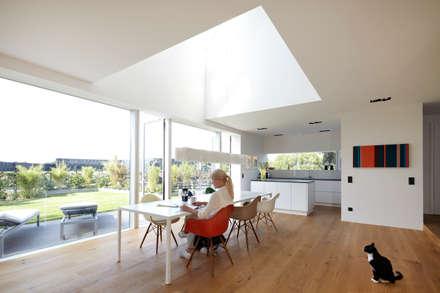 Essbereich mit Küche: minimalistische Esszimmer von Falke Architekten
