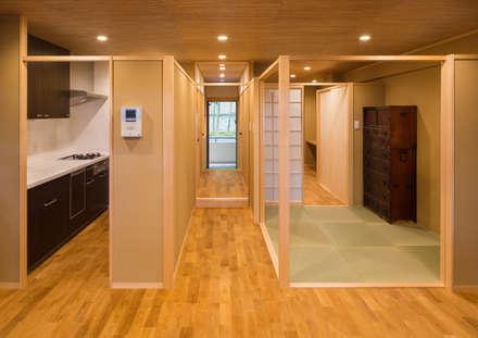 天井が一枚のマンション: 有限会社 起廣プランが手掛けたダイニングです。