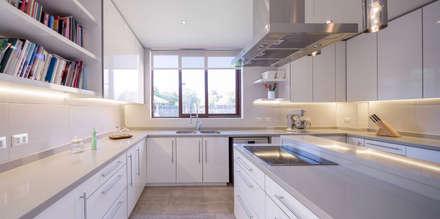Casa Condominio Altos de Chicureo: Cocinas de estilo moderno por Grupo E Arquitectura y construcción