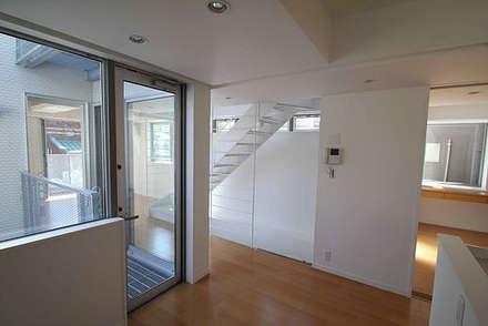 スケルトン階段 東京都北区 狭小間口の家: 株式会社小木野貴光アトリエ一級建築士事務所が手掛けたリビングです。