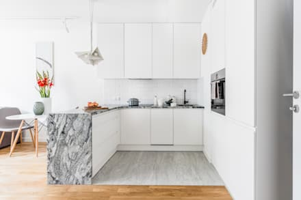nowoczesne mieszkanie z białą kuchnią : styl , w kategorii Kuchnia zaprojektowany przez Decoroom