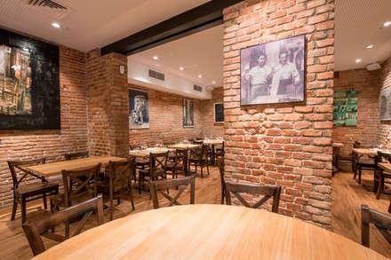 Restaurant La Bella Napoli: Locales gastronómicos de estilo  de Silleria Verges S.A