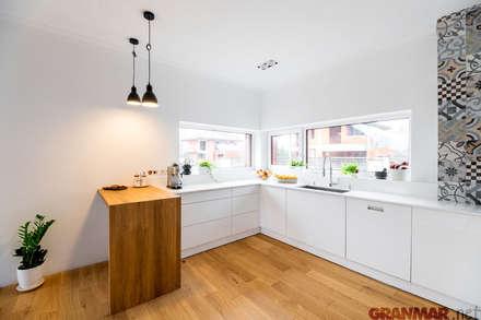 Biały blat kuchenny: styl , w kategorii Kuchnia zaprojektowany przez GRANMAR Borowa Góra - granit, marmur, konglomerat kwarcowy
