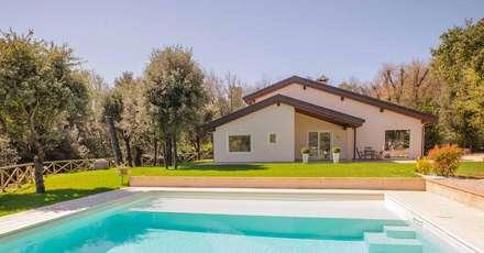 Casa in Legno Terni: Piscina in stile in stile Moderno di Costantini Case in Legno