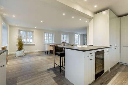 Homestaging XXL in Archsum auf Sylt: moderne Küche von Home Staging Sylt GmbH