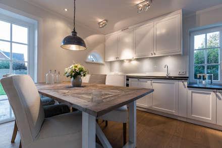 Homestaging nach Hausumbau in Westerland auf Sylt: moderne Esszimmer von Home Staging Sylt GmbH