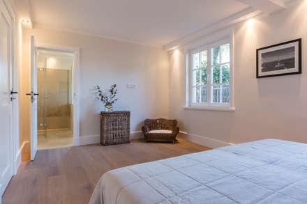 Homestaging nach Hausumbau in Westerland auf Sylt: moderne Schlafzimmer von Home Staging Sylt GmbH