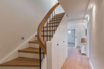 Homestaging nach Hausumbau in Westerland auf Sylt: moderner Flur, Diele & Treppenhaus von Home Staging Sylt GmbH
