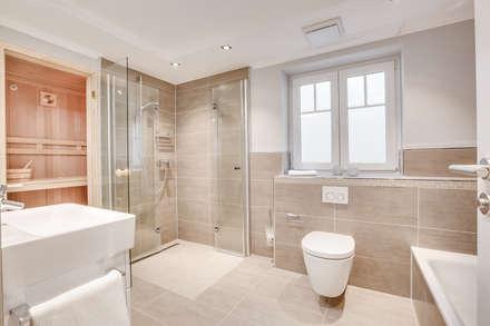 Einrichtung Musterwohnung in Westerland auf Sylt: moderne Badezimmer von Home Staging Sylt GmbH