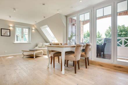 Einrichtung einer Dachgeschosswohnung in Westerland auf Sylt: moderne Esszimmer von Home Staging Sylt GmbH