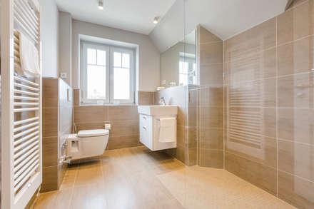 Einrichtung einer Dachgeschosswohnung in Westerland auf Sylt: moderne Badezimmer von Home Staging Sylt GmbH