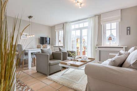 """Redesign FeWo im Haus """"Achter Dünem"""" in Wenningstedt auf Sylt: moderne Wohnzimmer von Home Staging Sylt GmbH"""