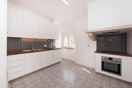 Casa das Amoreiras: Cozinhas modernas por inside UP