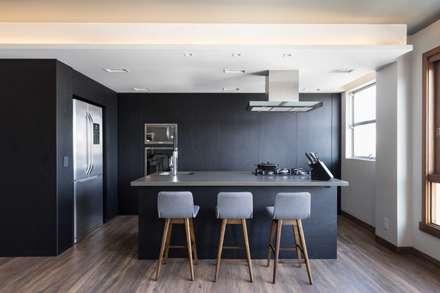 Apartamento Bom Fim: Cozinhas minimalistas por Bibiana Menegaz - Arquitetura de Atmosfera