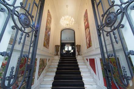 Escadaria de Entrada: Bares e clubes  por ARQ TAILOR`S