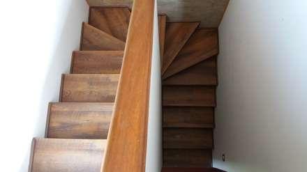 Proyecto Particular,  Vitacura, Santiago, Chile: Pasillos, hall y escaleras de estilo  por Floover Latam
