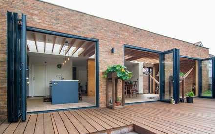 Epsom: modern Houses by Bradley Van Der Straeten Architects