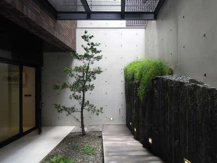 Light 加減0的生活美學:  庭院 by 構築設計
