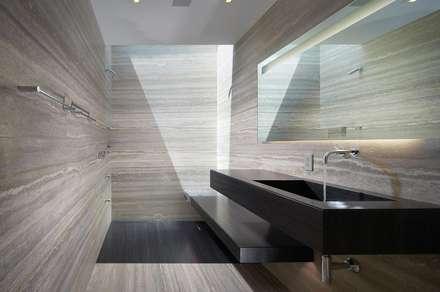 Revestimento Pedra Natural TRAVERTINO: Casas de banho modernas por Aprifer