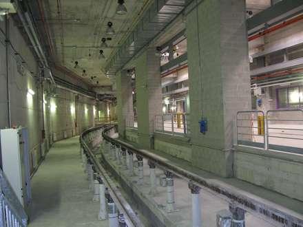 Bignami Underground Depot: Garage/Rimessa in stile in stile Industriale di Studio Associato di architettura MBiM