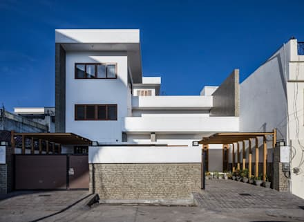 Front View during Daytime: modern Houses by Manuj Agarwal Architects