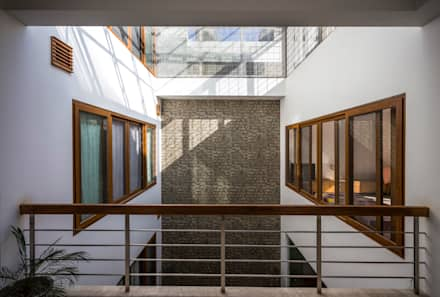 Bridge with glass roof on top: modern Windows & doors by Manuj Agarwal Architects