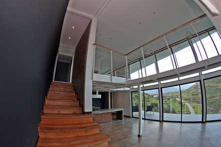 ESCALERA DE ACCESO SEGUNDO NIVEL: Pasillos, hall y escaleras de estilo  por Directorio Inmobiliario