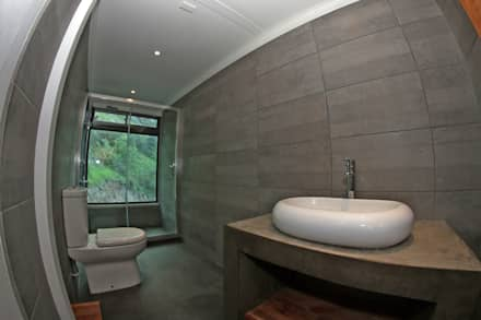 BAÑO SEGUNDO NIVEL: Baños de estilo mediterraneo por Directorio Inmobiliario