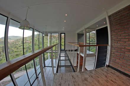 PUENTE TRANSLUCIDO: Pasillos, hall y escaleras de estilo  por Directorio Inmobiliario