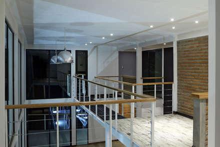 ILUMINACION INTERIOR LED EN RECINTO DE SALA DE ESTAR SEGUNDO PISO Y PUENTE CONECTOR: Pasillos, hall y escaleras de estilo  por Directorio Inmobiliario