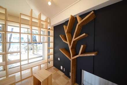 木をイメージしたブックツリー: 株式会社フロッグハウスが手掛けた壁です。