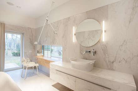 Baños de estilo ecléctico por oyster