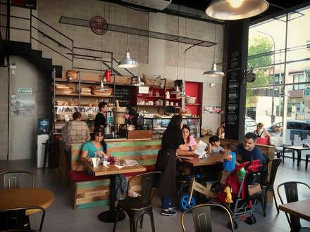 Old Brooklyn Deli&Cafe: Bares y Clubs de estilo  por Bōken Studio