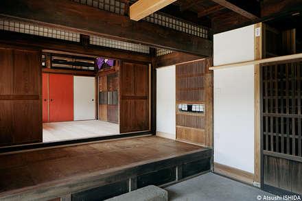 取次: 西本建築事務所 一級建築士事務所が手掛けた廊下 & 玄関です。