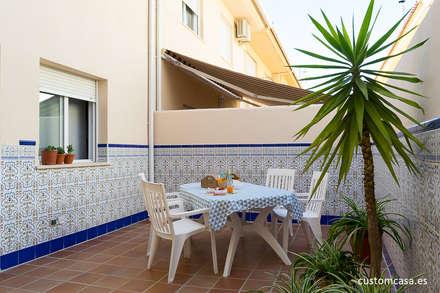 La casa familiar de Sari: Terrazas de estilo  de custom casa home staging