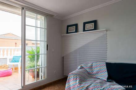 La casa familiar de Sari: Salas multimedia de estilo mediterráneo de custom casa home staging