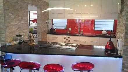 Modern gloss kitchen: modern Kitchen by SCD Kitchens