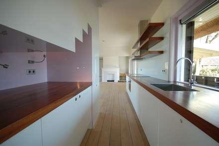 keuken met trap: moderne Keuken door ARK+