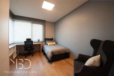 대학생 아들의 방: 영보디자인  YOUNGBO DESIGN의  침실
