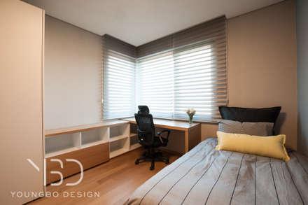 밝은 코너창과 함께하는 아들방: 영보디자인  YOUNGBO DESIGN의  침실