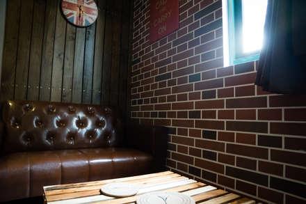 復古磁磚拼貼成的磚牆,直條木的牆面的組合:  商業空間 by Lee Design International 空間&室內設計