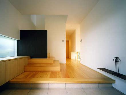 キュウ邸: 柳瀬真澄建築設計工房 Masumi Yanase Architect Officeが手掛けた玄関・廊下・階段です。