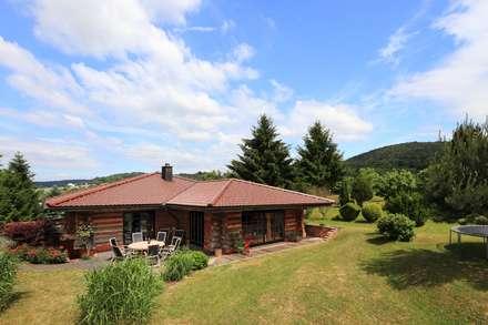 Haus Racoon Hill: rustikale Häuser von das holzhaus Oliver Schattat GmbH