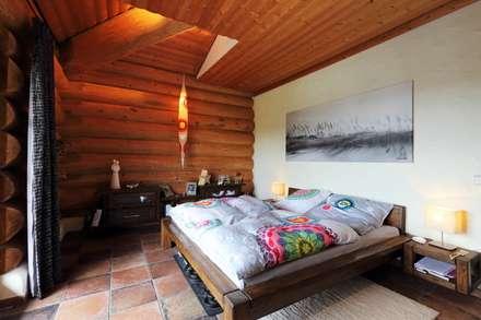 Haus Racoon Hill: rustikale Schlafzimmer von das holzhaus Oliver Schattat GmbH