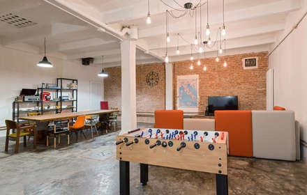LOFT N: Sala multimediale in stile  di NOMADE ARCHITETTURA E INTERIOR DESIGN