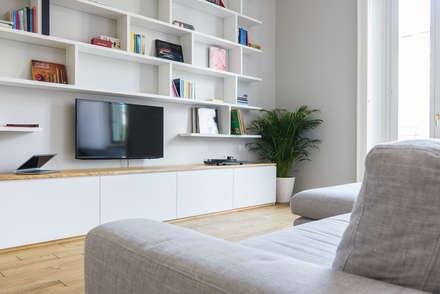 VIALE ABRUZZI: Sala multimediale in stile  di NOMADE ARCHITETTURA E INTERIOR DESIGN