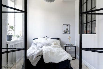 37 mq intelligenti: Camera da letto in stile in stile Scandinavo di Design for Love