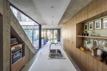 Casa MeMo - VIVIENDA UNIFAMILIAR ICONO DE LA SUSTENTABILIDAD : Cocinas de estilo moderno por BAM! arquitectura