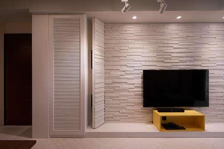 文化石電視牆設計:  牆壁與地板 by 趙玲室內設計